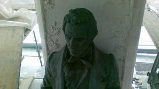 Particolare del monumento a Rossetti
