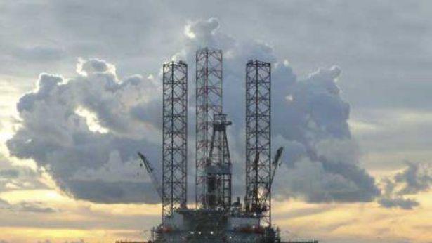 Nella foto: una piattaforma di estrazione di petrolio in mare