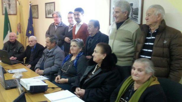 Foto di gruppo della classe con insegnanti e sindaco