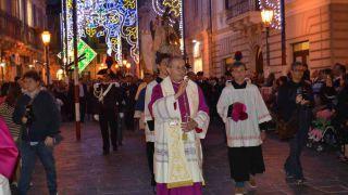 Mons. Bruno Forte guida la processione per le vie di Vasto - Foto Gianfranco Daccò