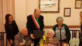 Il presidente del Consiglio Comunale consegna una targa ricordo alla Signora Anna La Palombara