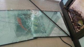 La vetrata rotta dai ladri