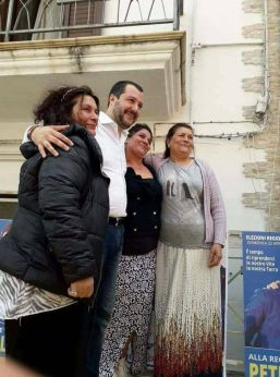 Salvini fotografato con tre rappresentanti della comunità rom