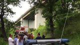 I soccorritori e la gente sotto il viadotto