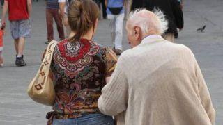Anziano con una donna più giovane