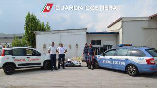 Il pesce sequestrato e le pattuglie della Guardia Costiera e della Polizia Autostradale