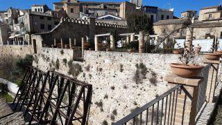 Il muro lesionato di Palazzo d'Avalos