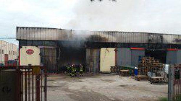 Il capannone distrutto dal fuoco