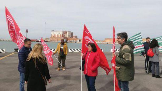 La protesta all'interno del porto di Ancona