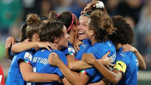 Daniela Sabatino, di spalle, festeggia con le colleghe