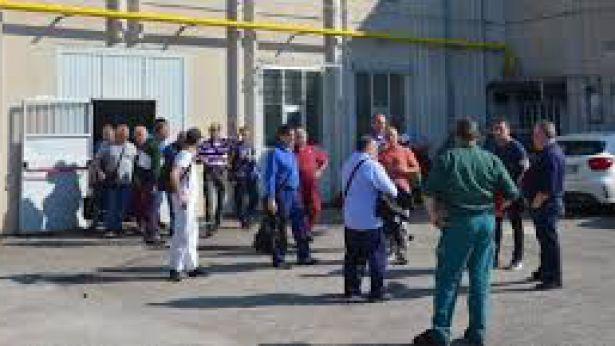 I lavoratori della CBI dinanzi alla fabbrica
