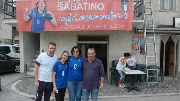 Gabriele Sabatino con gli altri figli fotografato pochi giorni fa in piazza a Castelguidone
