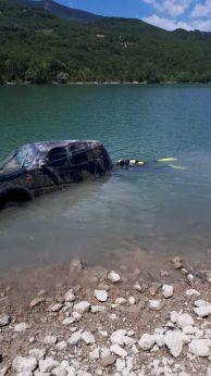 L'auto recuperata nel lago di Bomba