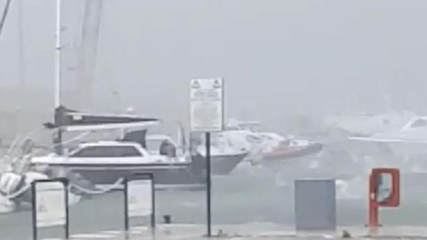 Il porto turistico di Pescara sferzato dalla grandine