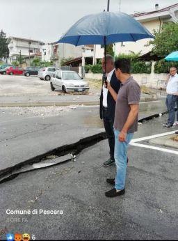 Il sindaco di Pescara nel corso di un sopralluogo