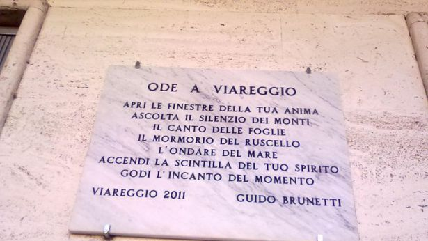 La targa dedicata a Viareggio dal prof. Brunetti