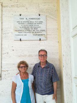 """Il prof. Brunetti con la gentile consorte sotto la stele di """"Ode a Viareggio"""""""