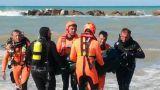Il recupero del corpo di uno dei due fratellini annegati