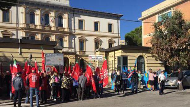 Pescara: sit-in sindacati pensionati a Pescara