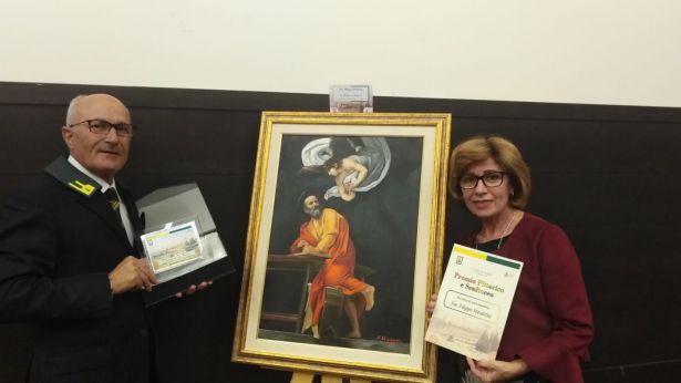 Filippo Stivaletta con la gentile Signora vicino al quadro premiato ad Assisi