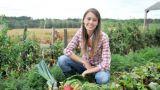 Giovane ragazza impegnata nei lavori nei campi
