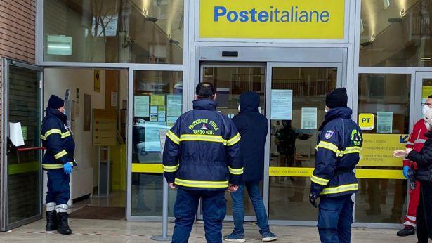 Servizio della Protezione civile davanti alle Poste di viale G.Cesare