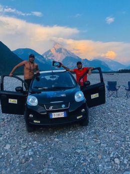 I due giovani con la piccola macchina prodotta in Molise