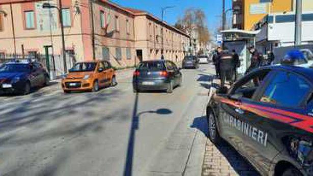 Carabinieri davanti alle scuole