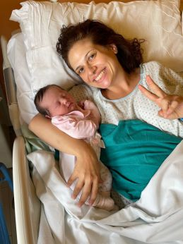 La piccola Anna Rapelli tra le braccia della mamma Silvia