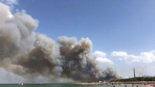 Fiamme sulla spiaggia di Pescara