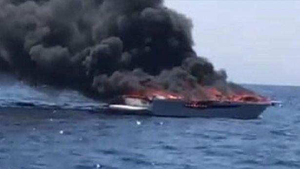 L'imbarcazione andata fuoco
